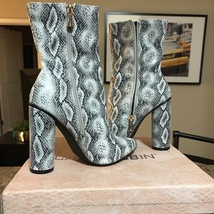 Stylish ankle snake skin boots. 🐍